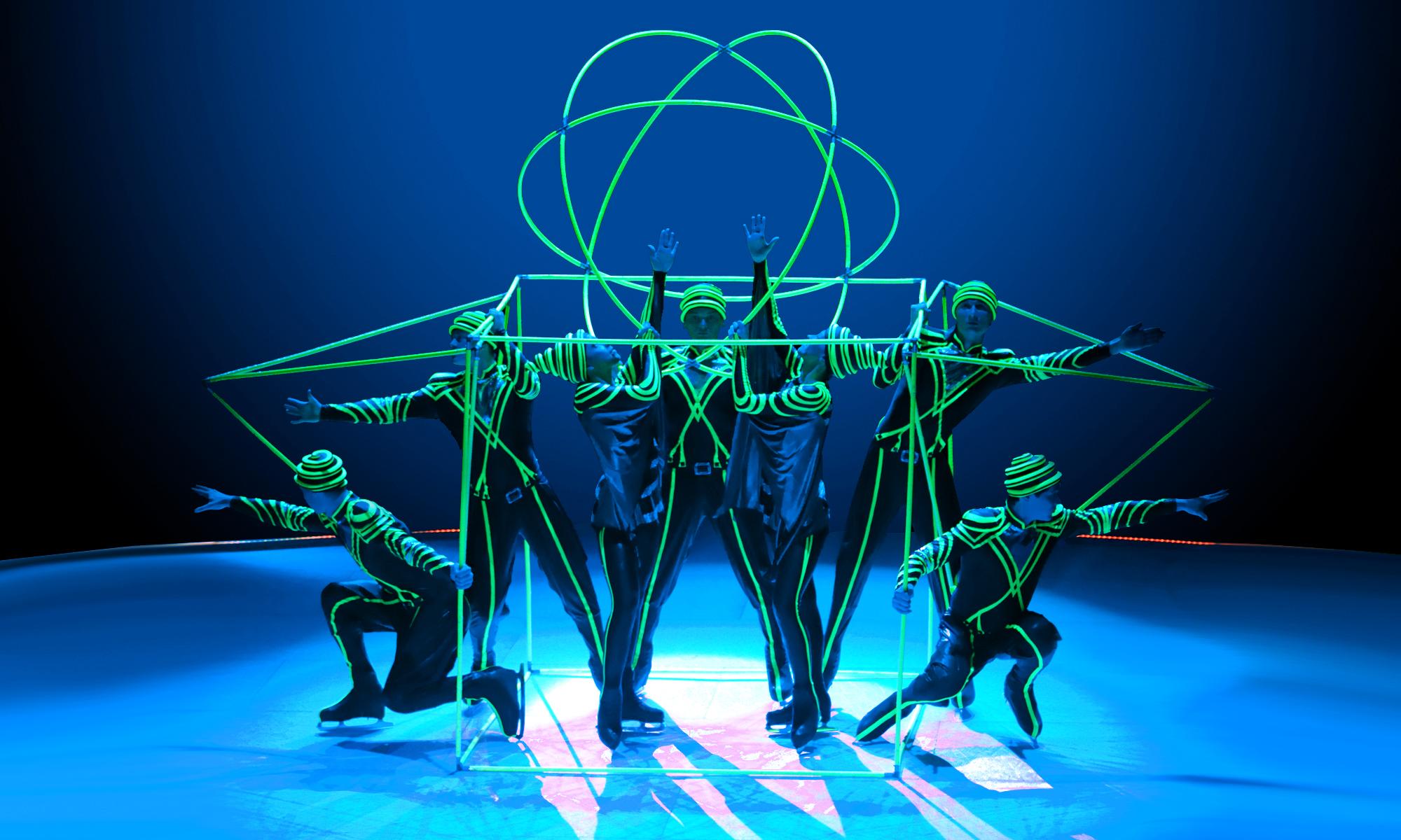 артисты в объёмных геометрических фигурах