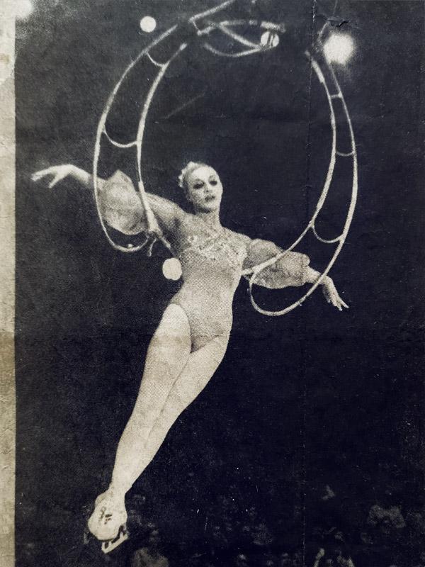 Наталия Абрамова исполняет номер в лире (воздушное кольцо)