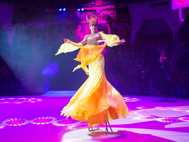 Девушка на ходулях Московский цирк на льду