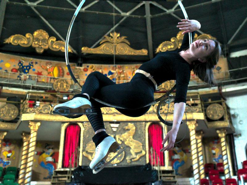Девушка в воздушном кольце цирк на льду