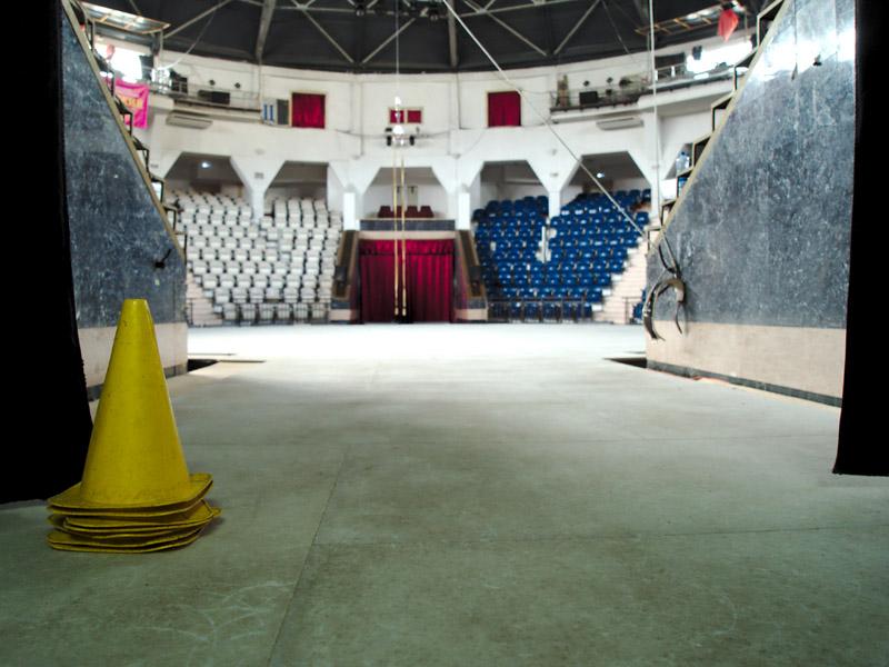 Вид на ледовую цирковую арену из-за кулис