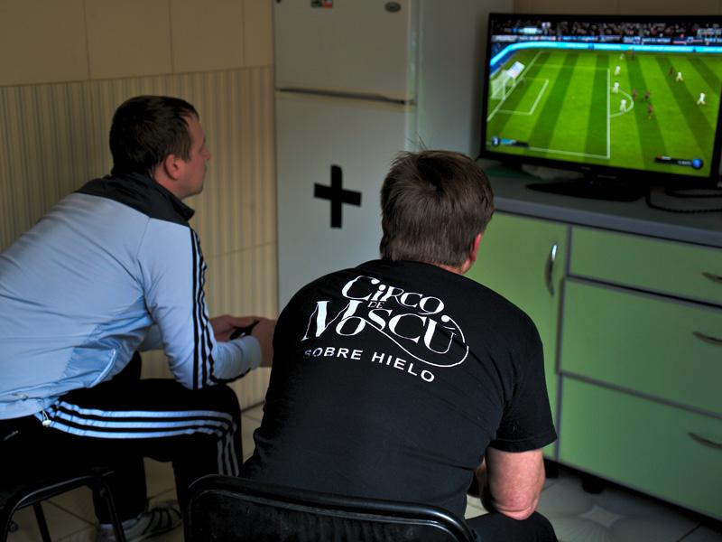 Двое мужчин играют в fifa19