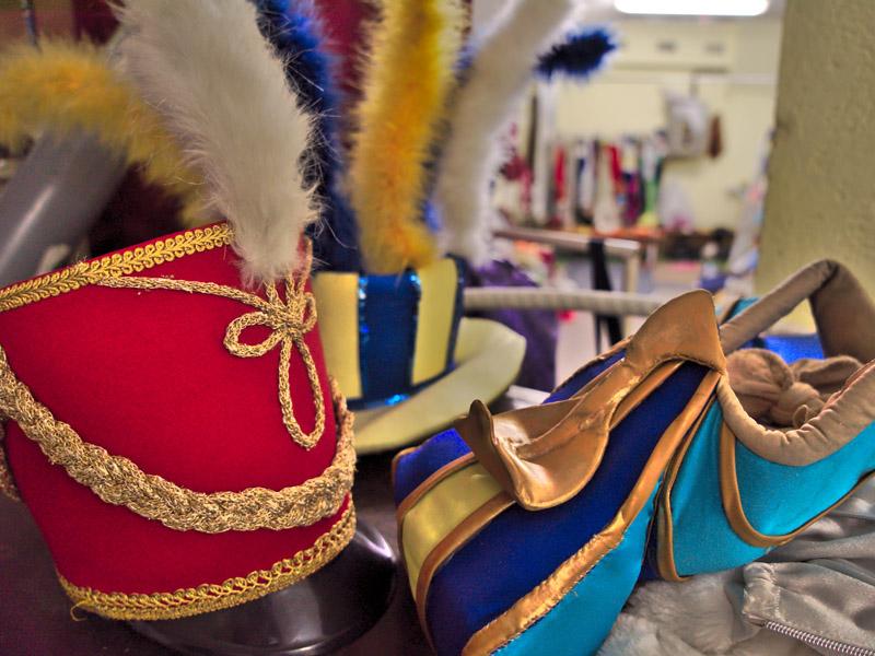 Египетская и гусарская шапки за кулисами Московского цирка на льду