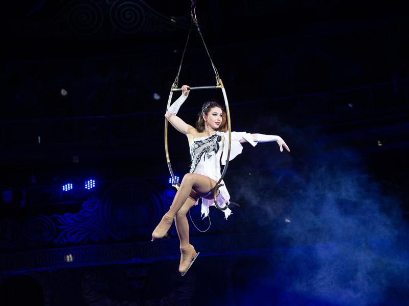 Девушка в белом платье в воздушном кольце цирк на льду