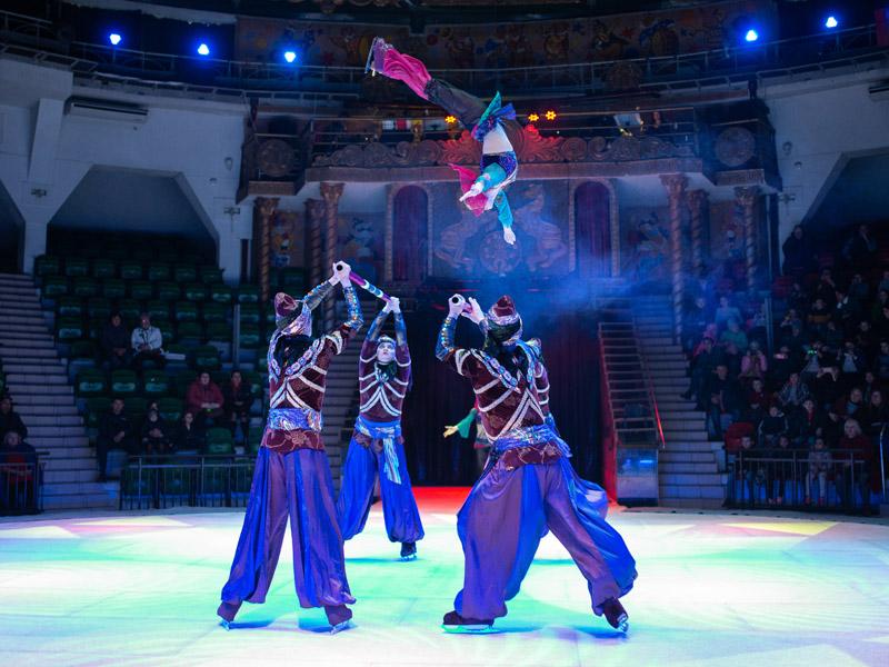 Девушка перелетает через голову с одной палки на другую, русская палка Московский цирк на льду