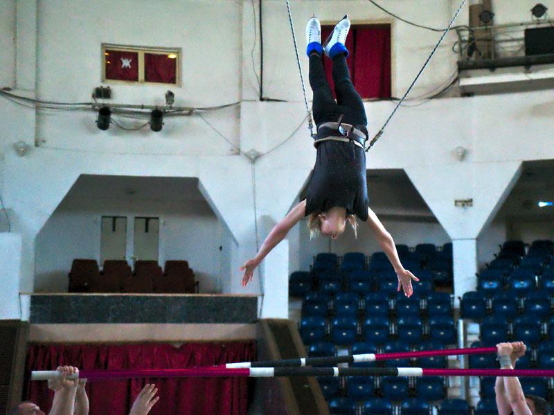 """Девушка прыгает через голову с палки на палку на репетиции номера """"русская палка"""" Московского цирка на льду"""